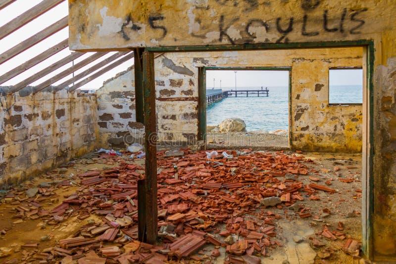 Pieransicht durch aufgegebenes Haus durch den Strand lizenzfreie stockbilder