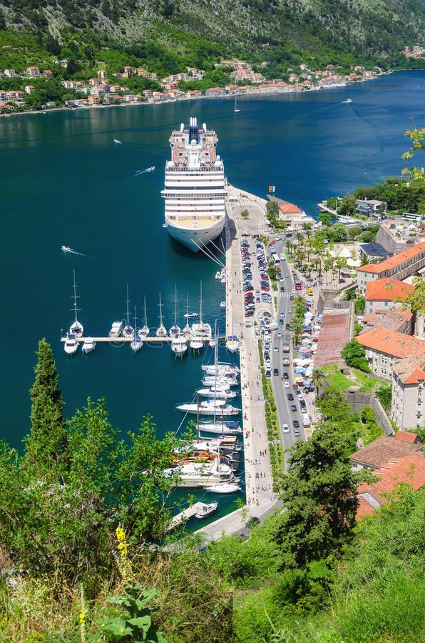 Pierce του κόλπου Kotor και της παλαιάς πόλης που βλέπουν από τα βουνά Μαυροβούνιο στοκ εικόνες