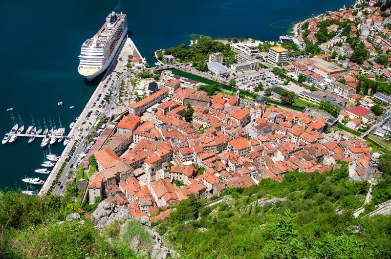 Pierce podpalany Kotor i stary miasteczko widzieć od gór przy letnim dniem Montenegro zdjęcia stock