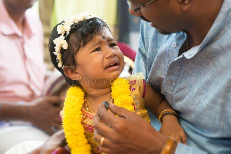 Piercing Zeremonie des traditionellen indischen Hinduohrs lizenzfreies stockbild