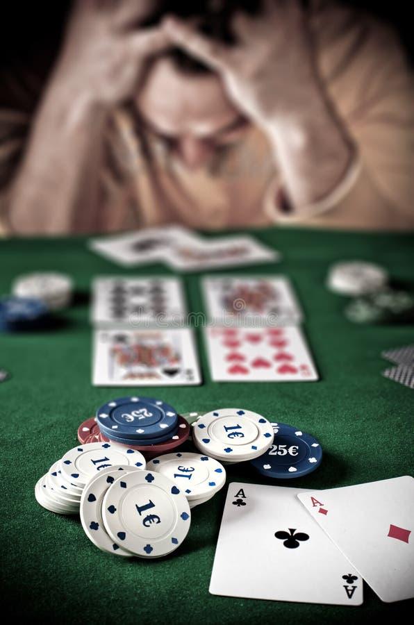 Pierda al jugador en la tabla del póker foto de archivo