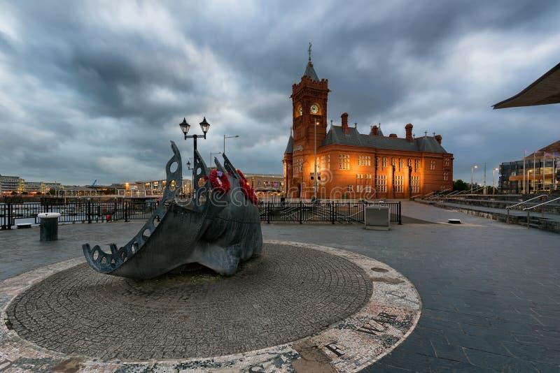 Pierhead w Cardiff, Walia i Cardiff Handlowym żeglarzie, ` s pomnik fotografia stock