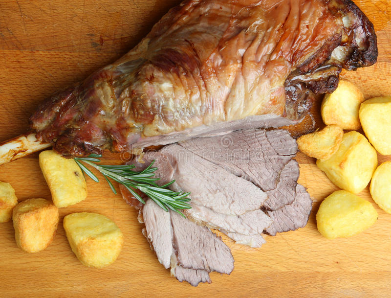 Pierna de la carne asada de la carne del cordero con las patatas imagen de archivo libre de regalías