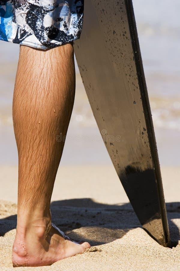 Pierna de la persona que practica surf fotos de archivo libres de regalías