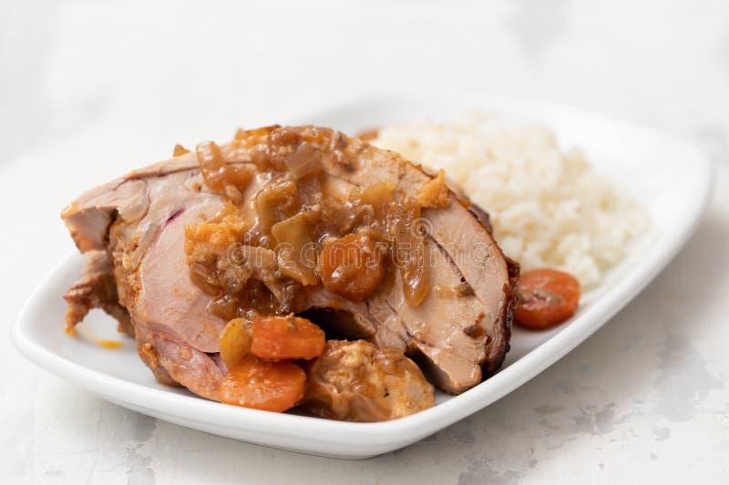 Pierna de pavo cocida con las verduras, la salchicha ahumada, las hierbas y el arroz hervido imágenes de archivo libres de regalías