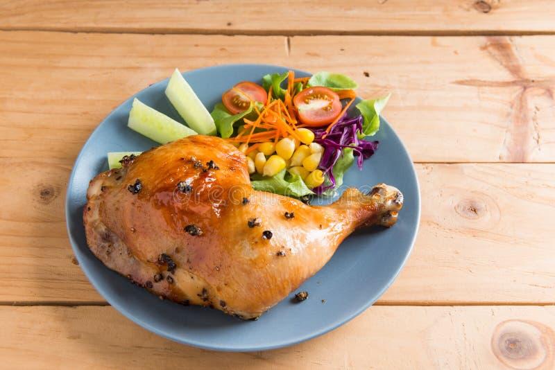 Pierna de pollo asada con la salsa y la pimienta negra fotografía de archivo