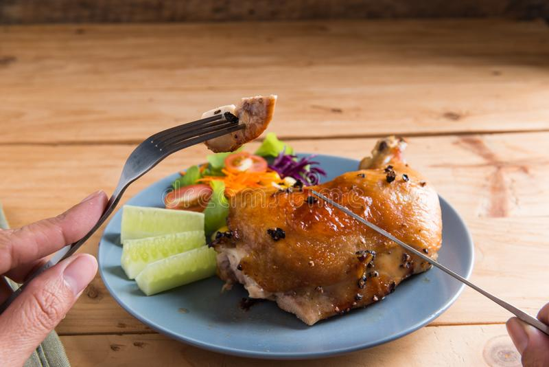 Pierna de pollo asada con la salsa y la pimienta negra imágenes de archivo libres de regalías