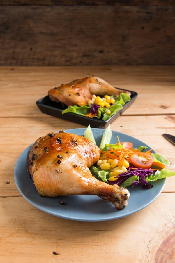 Pierna de pollo asada con la salsa y la pimienta negra imagen de archivo libre de regalías
