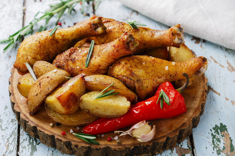 Pierna de pollo cocida al horno fotos de archivo libres de regalías