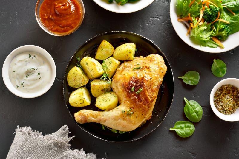 Pierna de pollo frito con la patata foto de archivo libre de regalías