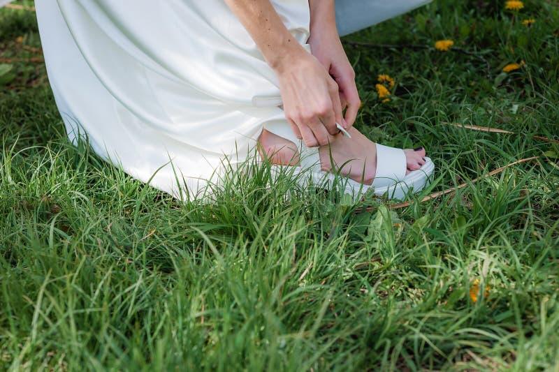Pierna femenina en las sandalias de moda imágenes de archivo libres de regalías