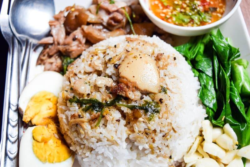 Pierna guisada primer del cerdo en el arroz imágenes de archivo libres de regalías