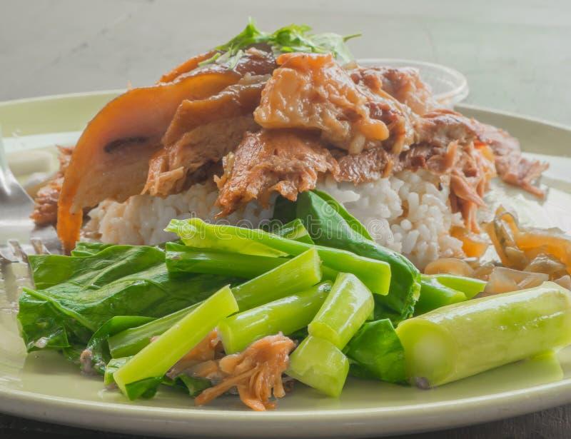 Pierna guisada primer del cerdo en el arroz imagen de archivo