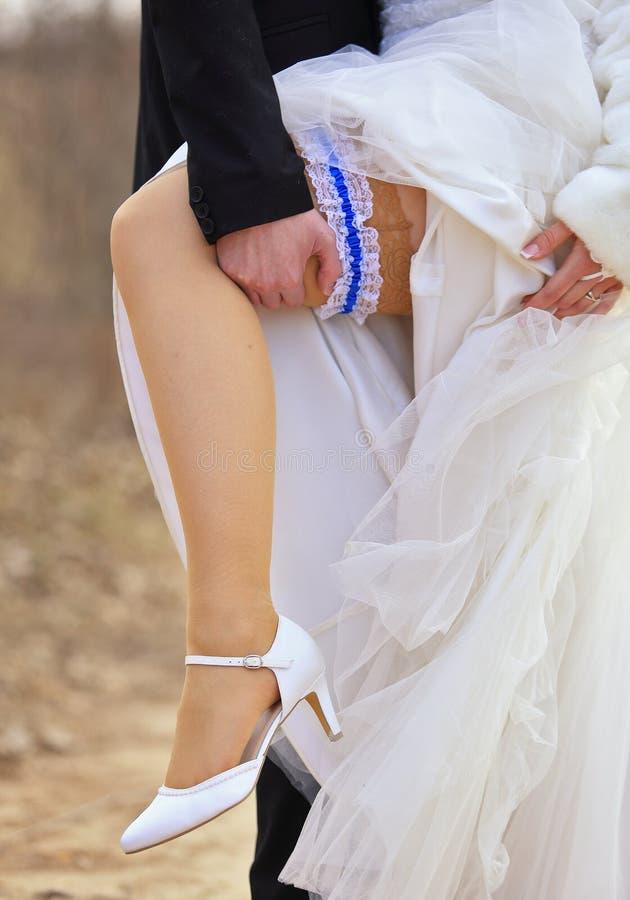 Pierna y zapatos de los pares de la boda fotografía de archivo libre de regalías