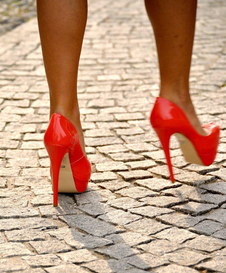 Piernas atractivas con los zapatos de los tacones altos imagen de archivo