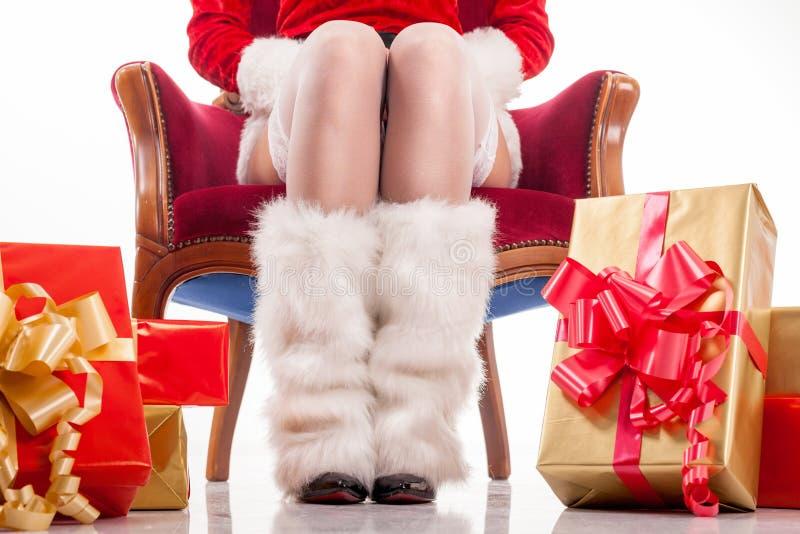Piernas atractivas de la mujer de santa, concepto de la Navidad imagenes de archivo