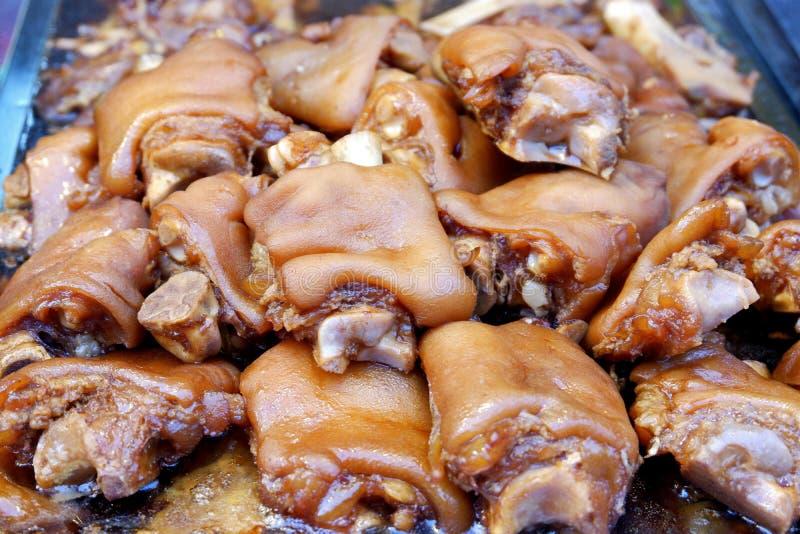 Piernas cocidas deliciosas del cerdo con la salsa dulce de la salsa foto de archivo