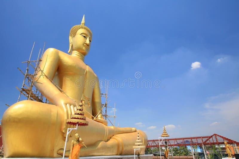 A piernas cruzadas mediación de sentar la estatua de Buddha imagen de archivo libre de regalías