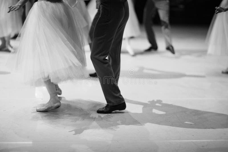 Piernas de bailarinas y de bailarines durante el funcionamiento de la danza clásica imagen de archivo