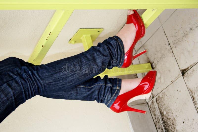 7c502c392f Piernas de Harmonous en pantalones vaqueros y zapatos rojos fotografía de  archivo