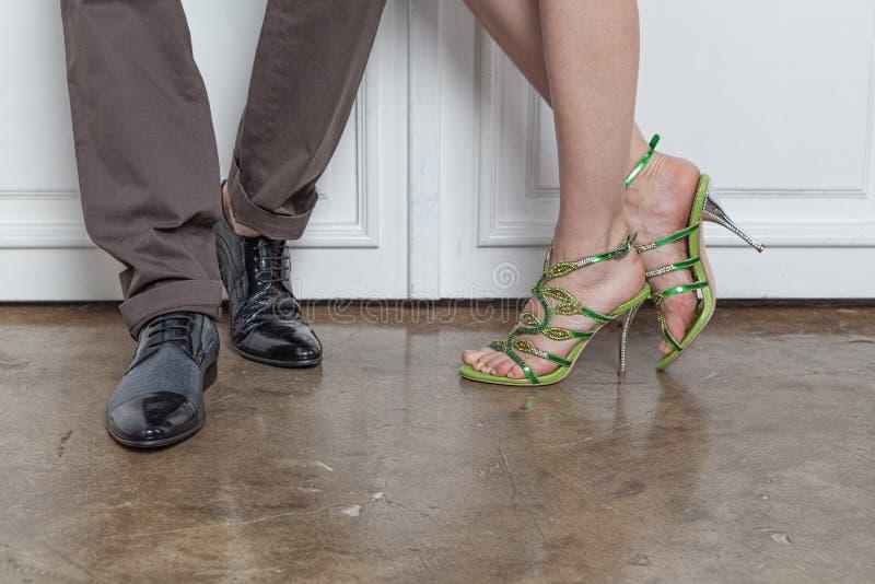 Piernas de hombres jovenes y de mujeres en zapatos de moda imagen de archivo libre de regalías