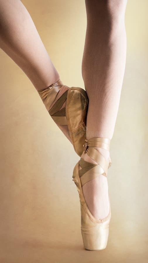 Piernas de la bailarina en pointe foto de archivo