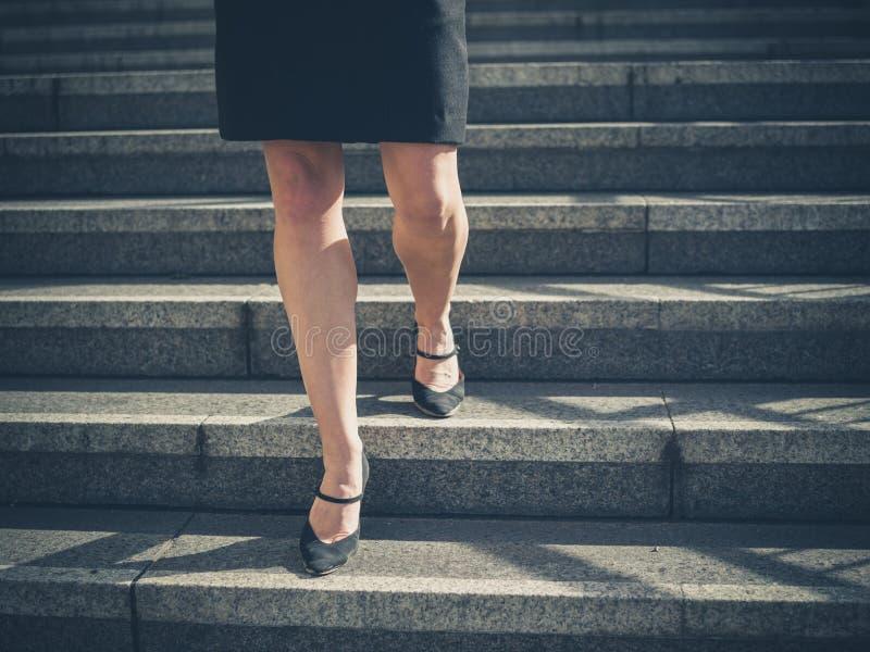 Piernas de la empresaria joven en ciudad en las escaleras imágenes de archivo libres de regalías