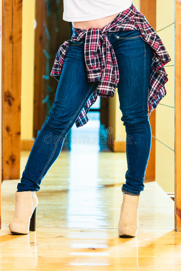 Piernas de la muchacha en botas de los tacones altos de los pantalones del dril de algodón fotos de archivo