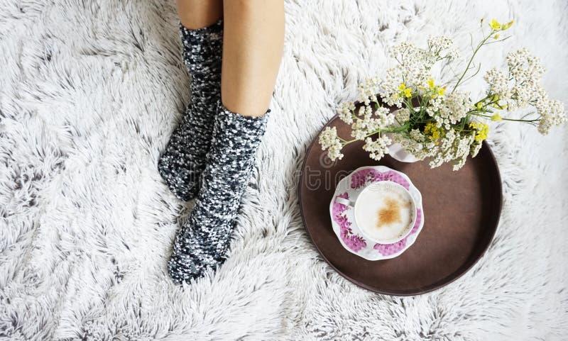 Piernas de la muchacha en calcetines de lana calientes imagenes de archivo