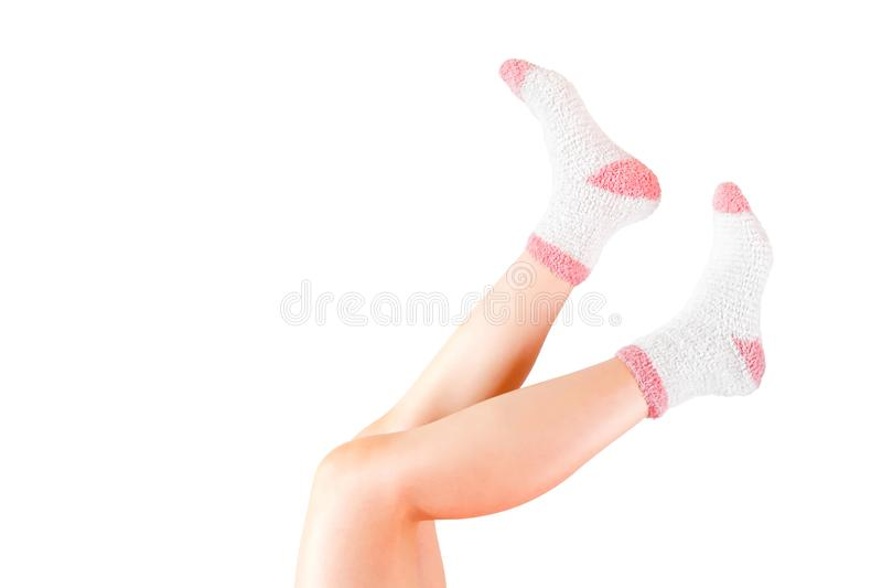 Piernas de la mujer con los calcetines aislados en el fondo blanco Calcetines del invierno que llevan Trayectoria de recortes imagenes de archivo