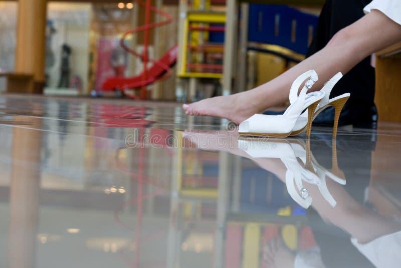 Piernas de la mujer con los zapatos del alto tal?n imagen de archivo libre de regalías