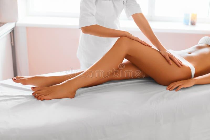 Piernas de la mujer Cuidado de la carrocería Muchacha que consigue el tratamiento del masaje de la pierna en balneario fotos de archivo libres de regalías