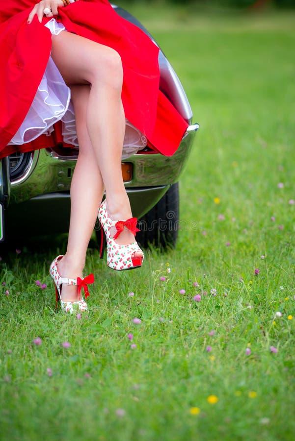 Piernas de Pin Up Girl Style Long en talones rojos fotografía de archivo libre de regalías