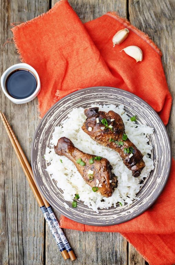 Piernas de pollo balsámicas del ajo de la soja con arroz fotos de archivo libres de regalías
