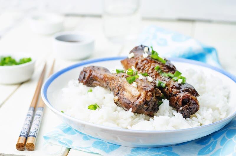 Piernas de pollo balsámicas del ajo de la soja con arroz imágenes de archivo libres de regalías