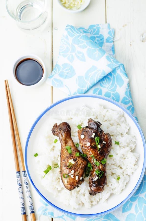 Piernas de pollo balsámicas del ajo de la soja con arroz imagen de archivo libre de regalías