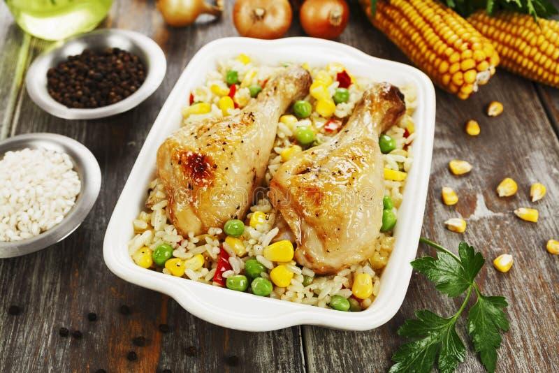 Piernas de pollo cocidas con arroz y verduras fotos de archivo