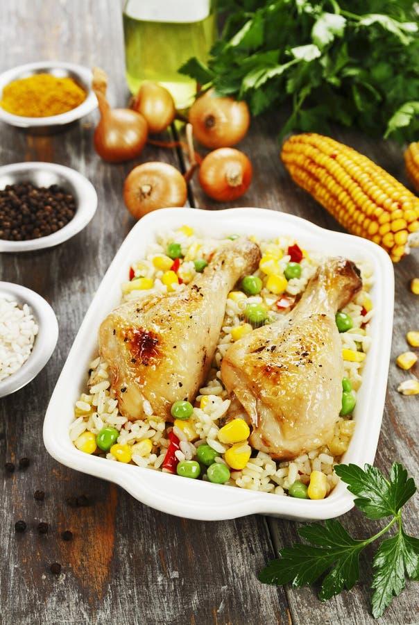 Piernas de pollo cocidas con arroz y verduras foto de archivo