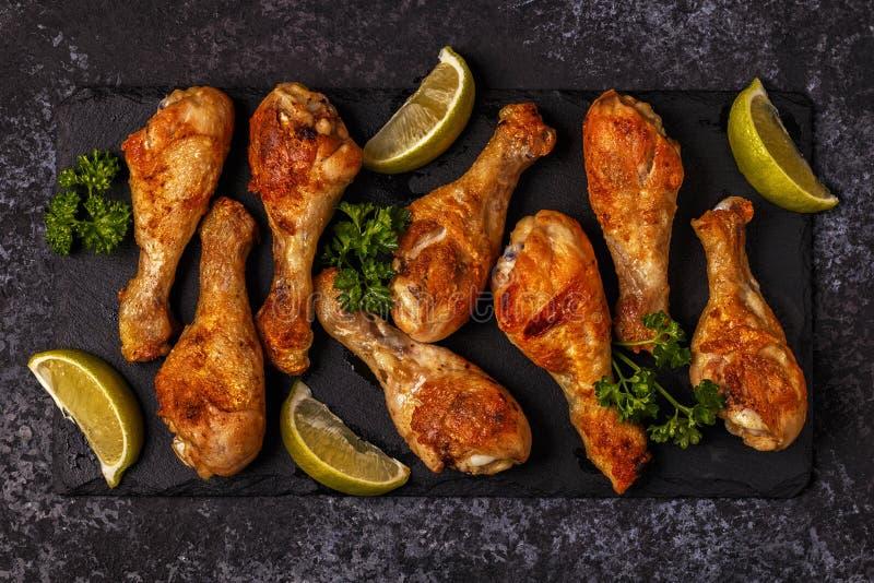 Piernas de pollo frito, visión superior fotos de archivo