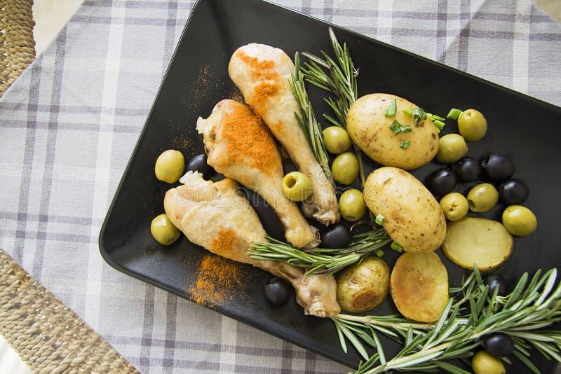 Piernas de pollo mediterráneas con la patata foto de archivo libre de regalías