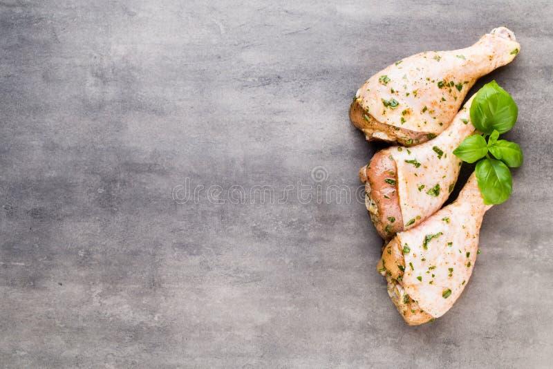 Piernas de pollo picantes, verduras frescas en un fondo gris top VI foto de archivo