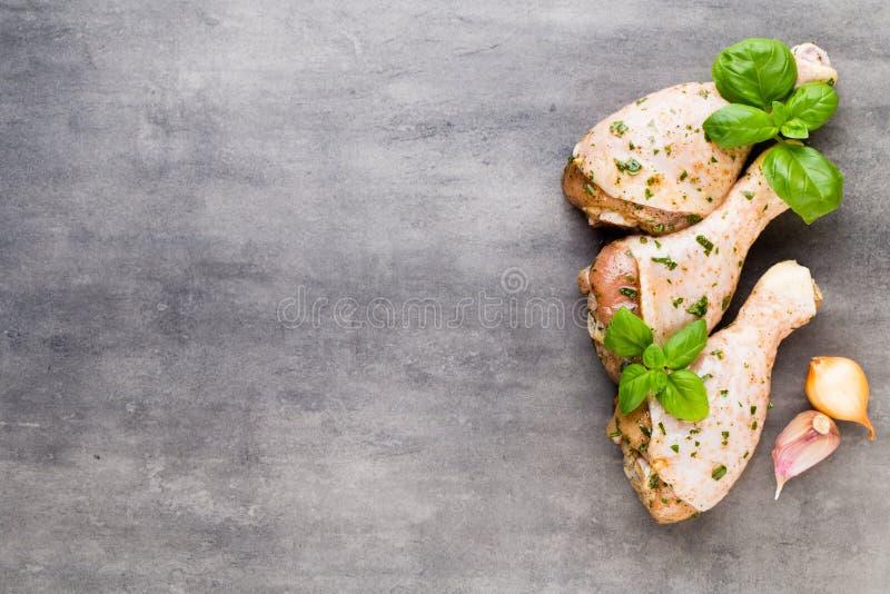 Piernas de pollo picantes, verduras frescas en un fondo gris Visi?n superior foto de archivo libre de regalías