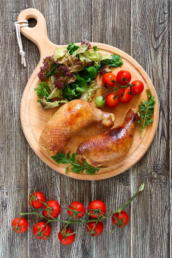 Piernas de pollo rellenas sabrosas con la ensalada de verduras frescas imagen de archivo