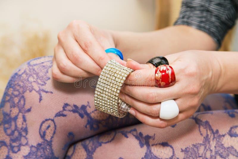 Piernas de Woman's con las medias hermosas y manos con colorido fotografía de archivo libre de regalías