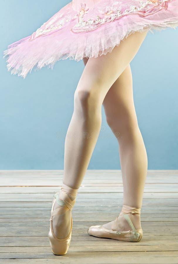 Piernas del bailarín de ballet en deslizadores fotografía de archivo