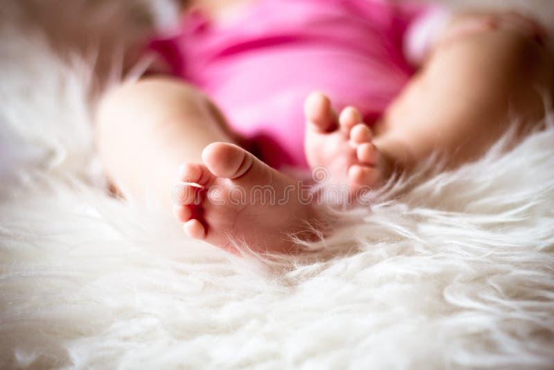 Piernas del bebé imagenes de archivo
