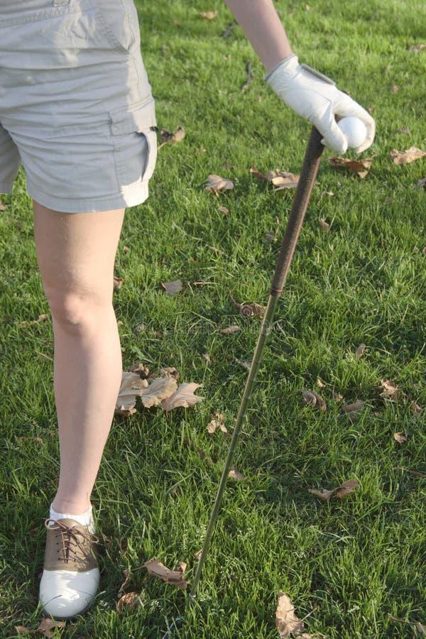Piernas del golfista de la señora foto de archivo libre de regalías