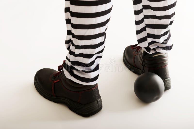 Piernas del preso con la bola de cadena fotografía de archivo libre de regalías