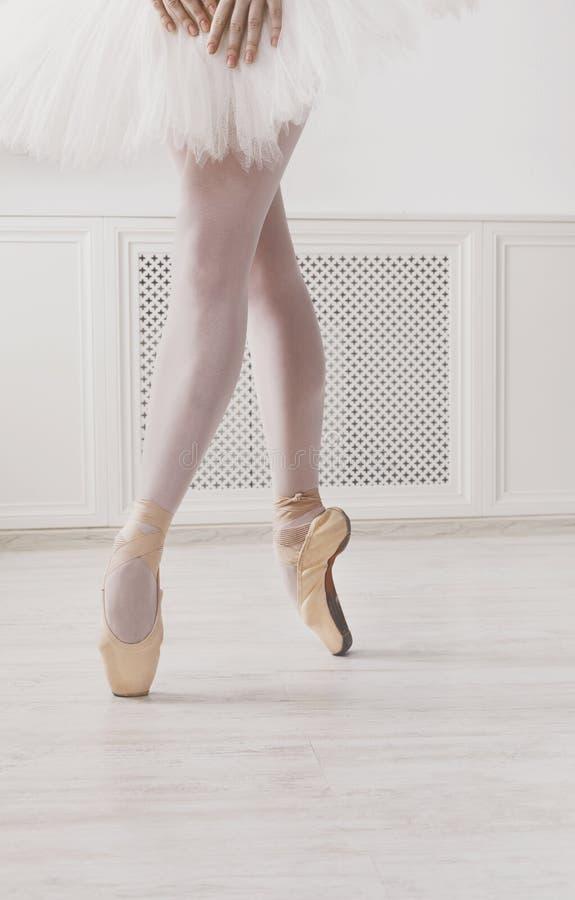 Piernas del primer de la bailarina joven en zapatos del pointe, práctica del ballet imagenes de archivo