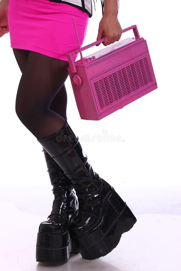 Piernas del ` s de la muchacha de Emo en zapatos negros fotos de archivo libres de regalías